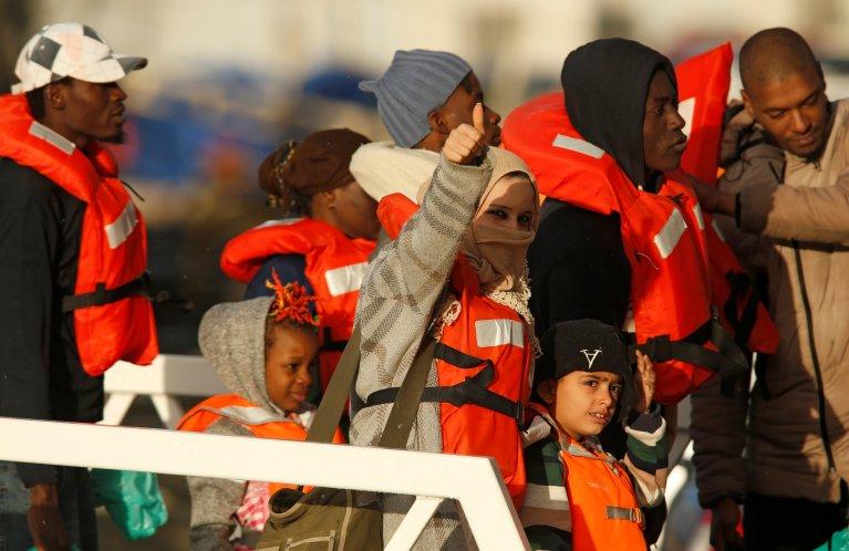 REUTERS/Darrin Zammit Lupi |Les migrants du Sea-Watch et du Sea-Eye sont arrivés à bord d'une vedette de la marine maltaise et sont montés dans des bus pour rejoindre un centre d'accueil, le 9 janvier 2019.
