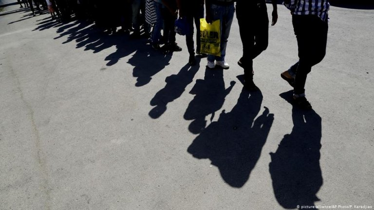 Shadows of people are cast on the ground | Photo: Picture-alliance/dpa/P.Karadjias