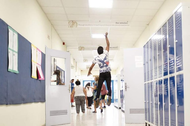 "ANSA / طالب مهاجر يقفز فرحا داخل فناء المدرسة. المصدر: مشروع ""ذا هوم""."