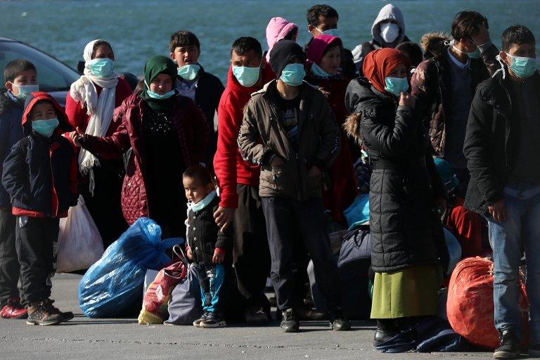 پناهجویانی که در طول سه روز گذشته به جزیره لیسبوس رسیده اند، در بندر موتیلینه، جمع شده اند. ۳ مارچ سال ۲۰۲۰/عکس: EPA/Orestis Panagiotou