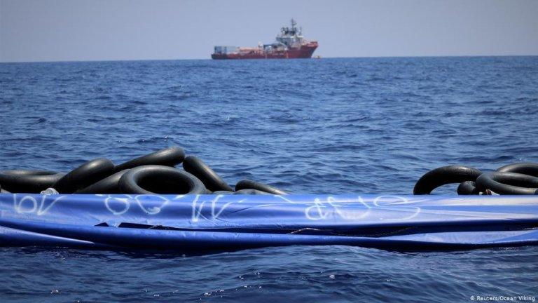 صورة من الارشيف لعملية إنقاذ مهاجرين من الغرق