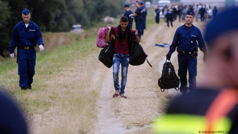 Migrants along the Hungarian-Serbian border | Photo: Getty Images/AFP/C.Segesvari