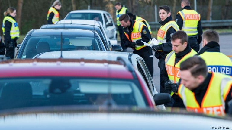 A line of police check cars on the German border | Photo: epd/O.Dietze