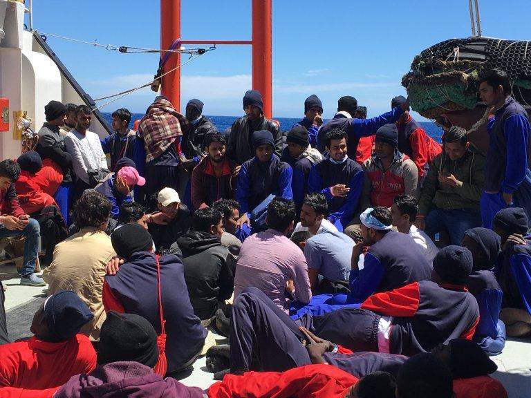 Des migrants recueillis sur l'Aquarius. Crédit : Boualem Rhoubachi
