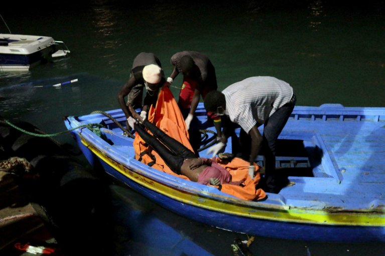 REUTERS/Hani Amara |Des gardes-côtes libyens débarquent le corps de l'une des personnes tuées dans le naufrage d'un navire transportant des migrants, jeudi 27 août 2019.