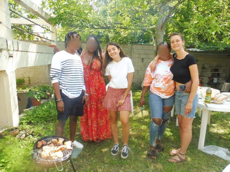 Dans le jardin de la Women's House, maison-refuge où des jeunes mineures non-accompagnées sont logées et suivies jusqu'à leur majorité. Crédit : équipe Women's House