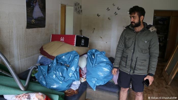 جوان طيار، شاب سوري يعيش مع زوجته، فقد كل شيء في الفيضان، عدا الأوراق الرسمية!