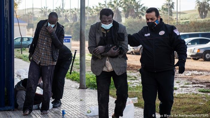 Nine of the 87 migrants who made it across the fence into Melilla were injured and had to be taken to hospital | Photo: Jesus Blasco de Avellandeda / Reuters