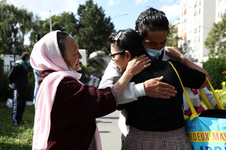 Une famille afghane se retrouve à Pantin, près de Paris, le 30 août 2021. Crédit : Reuters