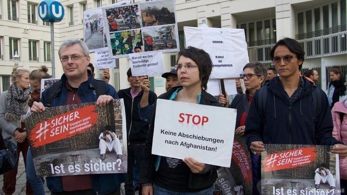 Des manifestants dénoncent les expulsions vers l'Afghanistan devant le ministère autrichien des Affaires étrangères. Crédit : DW/K. Trail