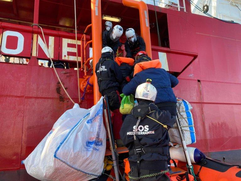 Des personnes secourues en mer montent à bord de l'Ocean Viking, en mars 2021. Crédit : RFI / Guilhem Delteil