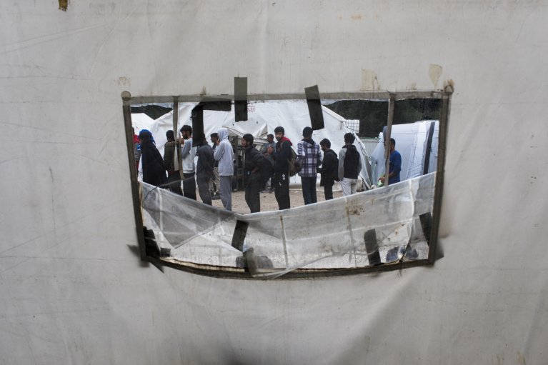 Deux fois par jour, à 10 heures et 15 heures, les migrants attendent en file indienne devant une tente où a lieu la distribution des repas. Le petit-déjeuner se compose de tartines de pain et de confiture. Pour le déjeuner, des pâtes ou des lentilles sont souvent servies. La Croix rouge n'a pas les moyens d'offrir le dîner. Crédit : Jeanne Frank, Item, pour InfoMigrants
