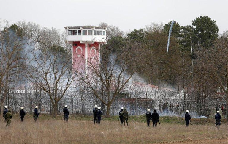 REUTERS/Florion Goga |Des policiers anti-émeute et des soldats grecs à la frontière avec la Turquie. Kastanies, le 4 mars 2020.
