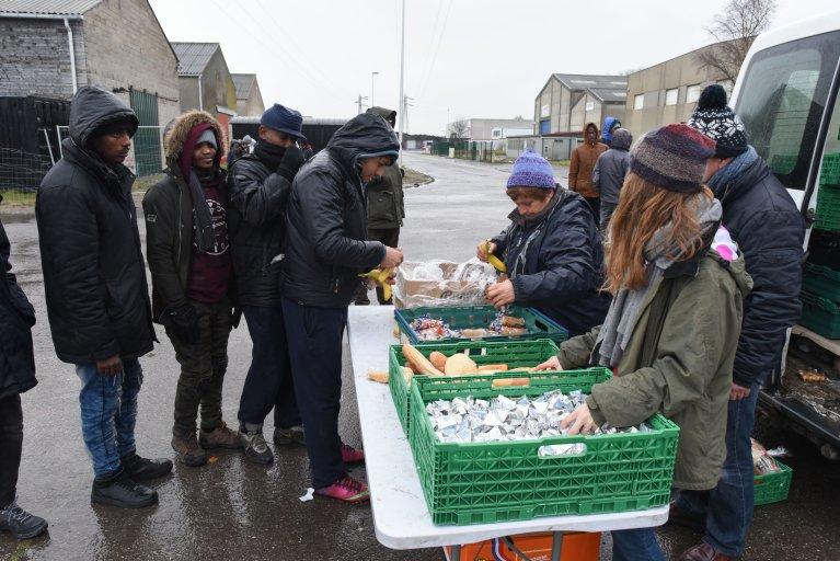 قامت الجمعيات والمنظمات الإنسانية في كاليه بتوزيع الطعام على المهاجرين منذ بداية أزمة الهجرة في المنطقة. الصورة: مهدي شبيل