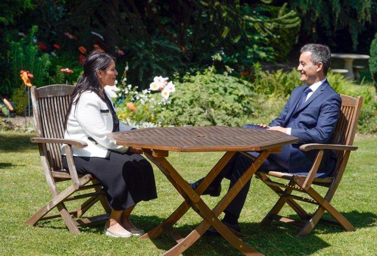 Gérald Darmanin (droite), ministre de l'Intérieur français et son homologue britannique, Priti Patel, le 12 juillet 2020 à Calais. Crédit : British Home Office
