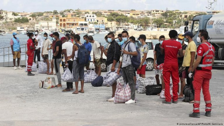 Migrants who are being transferred from Lampedusa | Photo: Picture-alliance/AP Photo/M.Seminara