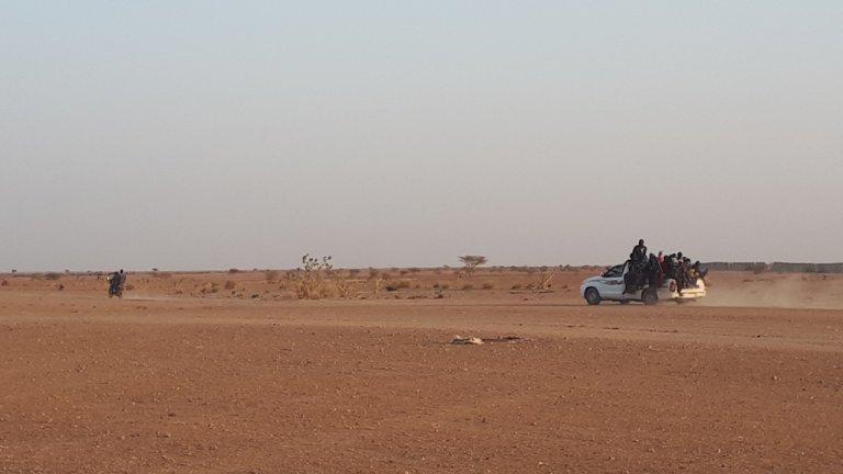 Les migrants sont abandonnés dans le désert par les autorités algériennes. Crédit : RFI
