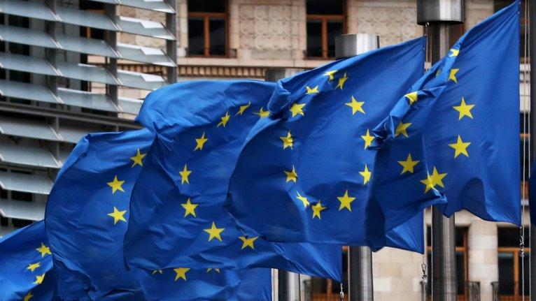 Des drapeaux européens devant le siège de la Commission européenne, à Bruxelles. Crédit : REUTERS/Yves Herman
