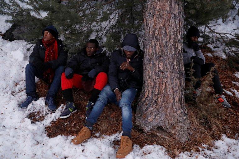 مهاجرون يعبرون منطقة الألب الحدودية من إيطاليا باتجاه فرنسا. رويترز