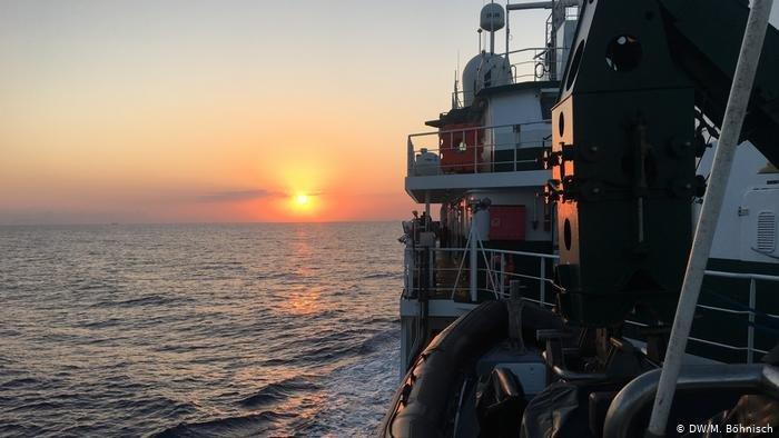 DW/M. Böhnisch |وحدة تابعة لوكالة فرونتكس تراقب السواحل الإيطالية