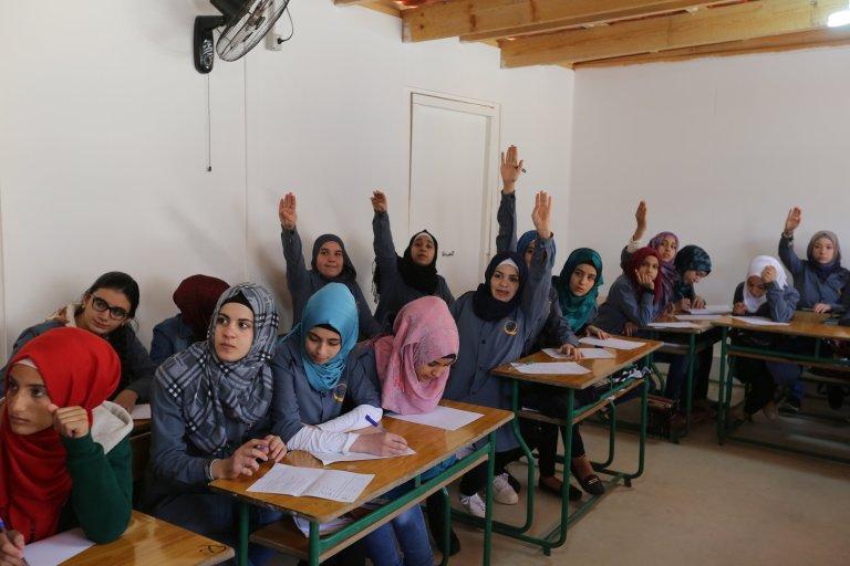 """فتيات لاجئات سوريات داخل أحد الفصول في مدرسة أنشأتها جمعية """"كياني"""" في مدينة برالياس اللبنانية. رويترز"""