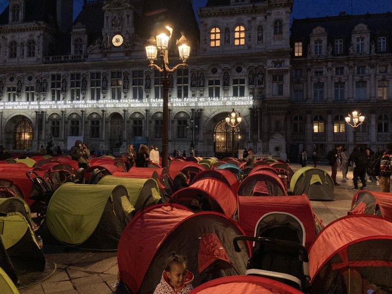 نږدې ۳۰۰ مهاجرو د پاریس هوټل دو ویل مخ ته خیمې درولې. انځور: یوتوپیا ۵۶