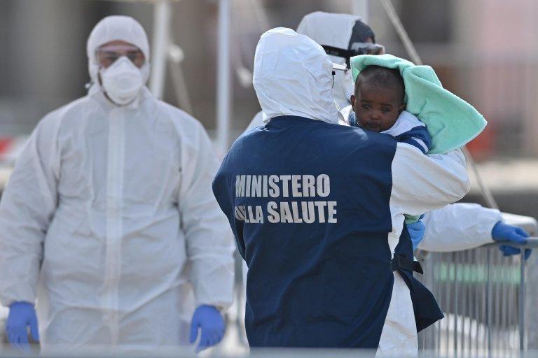 """ansa\مهاجرون يخضعون فور نزولهم من سفينة """"سي ووتش 3"""" الألمانية غير الحكومية للفحص الطبي في ميسينا. المصدر: أنسا/ كارميلو إمبيزي"""