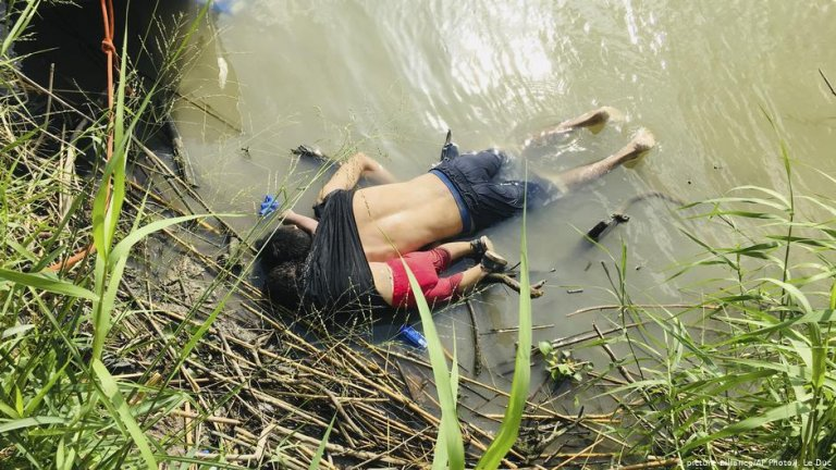 Father and daughter from El Salvador found on the river bank | Photo: Picture-alliance/AP Photo/J.Le Duc