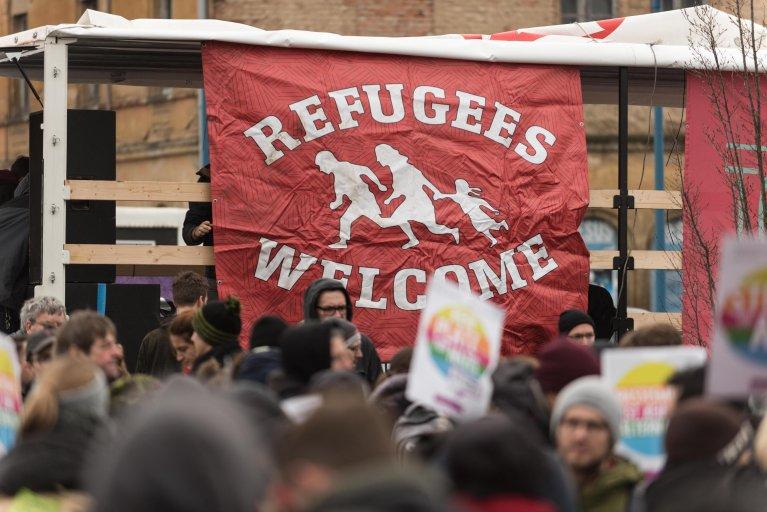"""ansa/لافتة مدون عليها"""" مرحبا باللاجئين"""" خلال مظاهرة مناهضة لحزب """" البديل من اجل ألمانيا"""" اليميني في 12 يناير -ماركو هايني"""