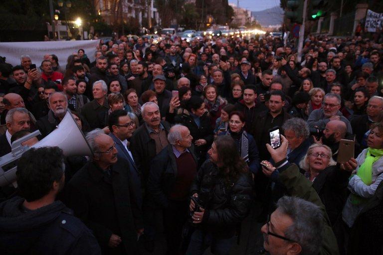 مظاهرة في منطقة ثولوس في جزيرة كيوس اليونانية، حيث تخطط الحكومة لبناء مركز جديد لاستقبال وتحديد هوية طالبي اللجوء. المصدر: صحيفة كيوس / EPA/ORESTIS PANAGIOTOU