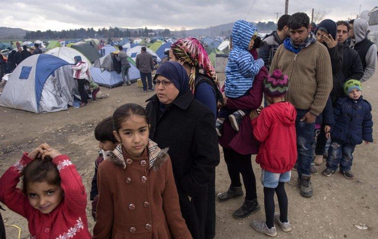 ANSA / لاجئون يصطفون من أجل الحصول على الطعام في مخيم بالقرب من إيدوميني، في شمال اليونان. المصدر: إي بي إيه/ جيورجي لييكوفيسكي.