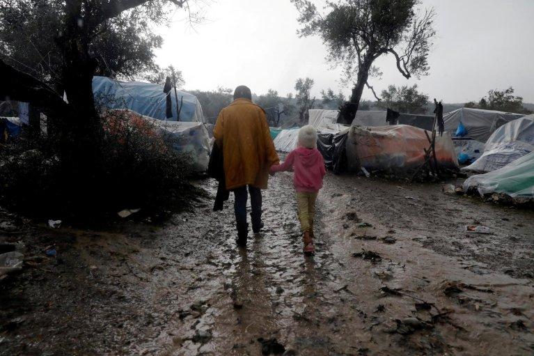 REUTERS/Giorgos Moutafis |Des réfugiés traversent le camp de Moria, sur l'île de Lesbos en Grèce, le 13 décembre 2019.
