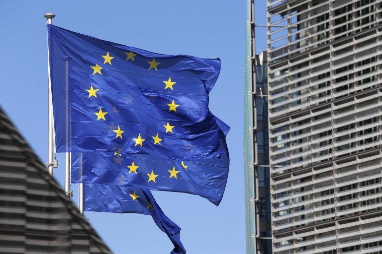 "ansa / أعلام دول الاتحاد الأوروبي بالقرب من مقر الاتحاد في بروكسل. المصدر: ""إي بي إيه""/ جولين وارناند."