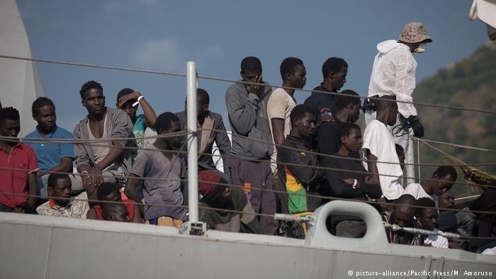 لاجئون يصلون إلى ساليرنو في إيطاليا.