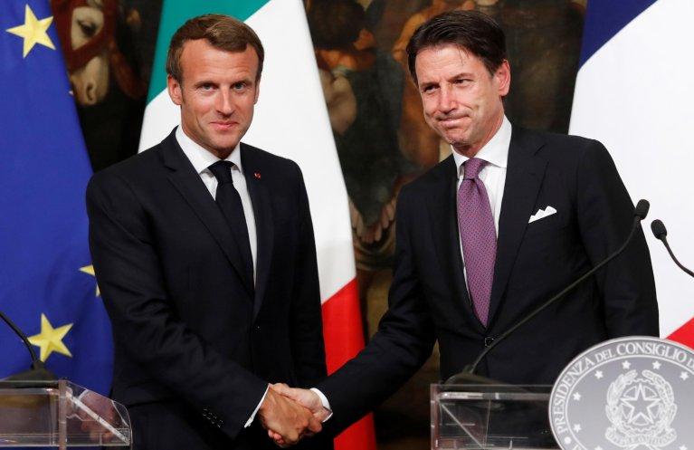 جوزپ کونته، نخست وزیر ایتالیا در دیدار با امانوئل ماکرون، رئیس جمهور فرانسه در روم. عکس از خبرگزاری رویترز