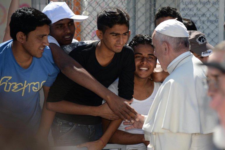 Pope Francis greeting migrants in Moria, Lesvos Island, Greece, on April 16, 2016 | Photo: EPA/FILIPPO MONTEFORTE