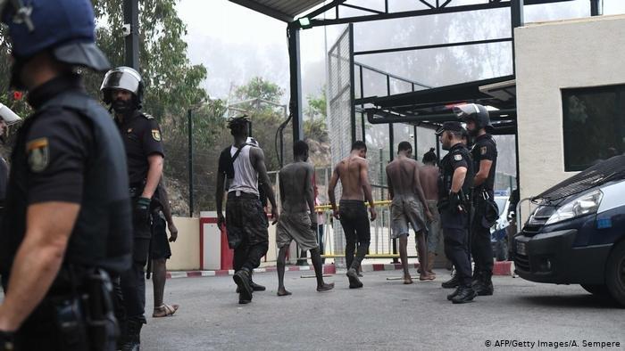 AFP/Getty Images/A. Sempere  مهاجرون افارقة أمسكت بهم السلطات المغربية خلال محاولة لاقتحام الحدود عبوراً إلى سبتة أواخر أغسطس/آب من عام 2018 - ارشيفية
