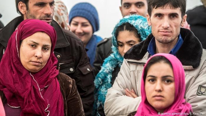Deutschland Frauen und Männer aus Afghanistan und Pakistan in einer Flüchtlingsunterkunft des Landes Hessen in Limburg (picture alliance/dpa/B. Roessler)