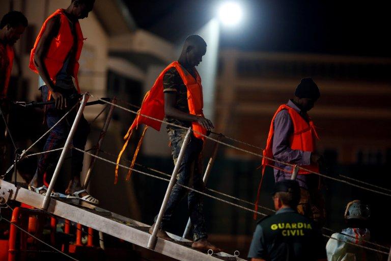 REUTERS/Jon Nazca  Des migrants quittent le bateau à leur arrivée à Malaga, en Andalousie, le 14 août 2018.