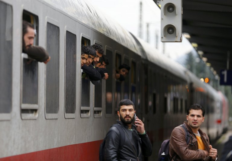REUTERS/Dominic Ebenbichler | Un train transportant des migrants arrive en gare de Freilassing, en Allemgne, le 28 septembre 2015.