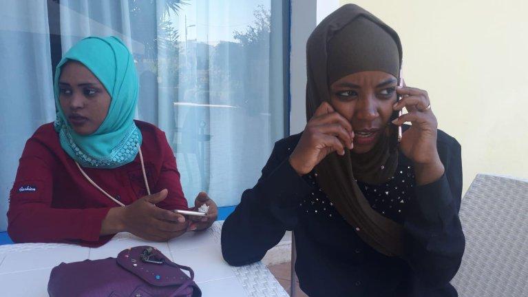 """ansa/أمينة وحكمة (إلى اليمين) فتاتان من إثيوبيا هبطتا من السفينة الإسبانية غير الحكومية """"أوبن آرمز"""" قبل أربعة أيام في لامبيدوزا لأسباب صحية. المصدر: أنسا/ ألفريدو بيكورارو"""