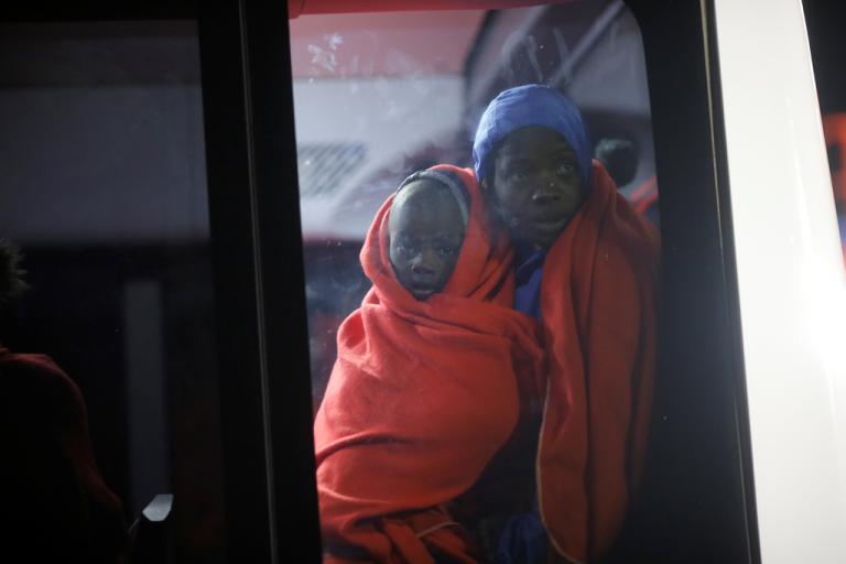 Une mère et son enfant arrivent à Malaga, en Espagne. Crédit : Reuters