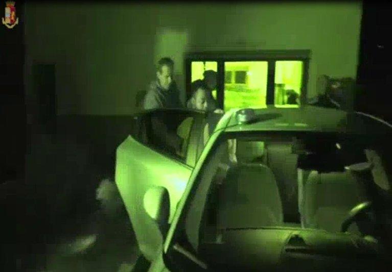 الشرطة توقف أعضاء عصابتين نيجيريتين في إيطاليا والخارج، بتهم التهريب واستعباد النساء واستغلالهن في الدعارة. المصدر: أنسا.
