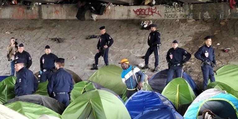 پلیس هنگام بدرقه یکی از آخرین پناهجویان ساکن در کمپ سن دنی که ظاهرا حاضر نبود کمپ را ترک کند. عکس از واسع محسن