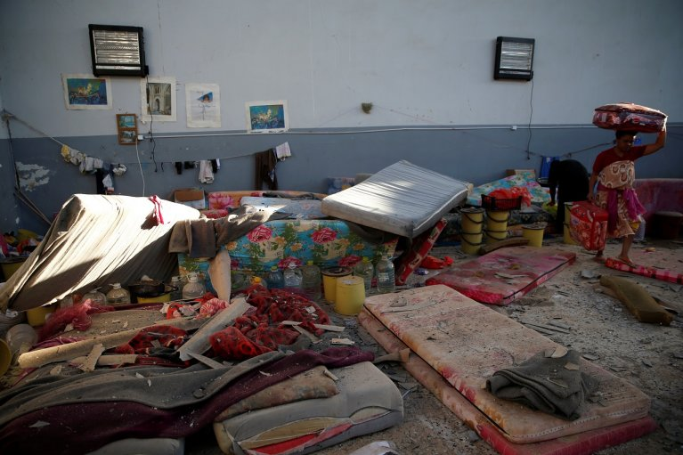 Des migrants essaient de retrouver quelques affaires dans les décombres, après la frappe aérienne contre le centre de Tadjourah, à Tripoli, en Libye. Crédit : Reuters.