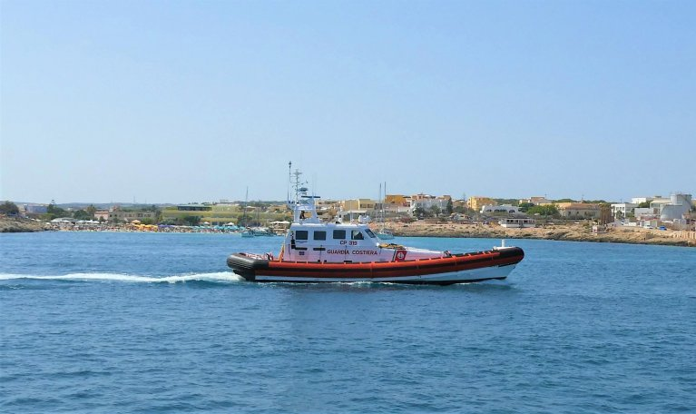 Coast Guard patrol boat returning to the Lampedusa port, August 4, 2020 | Photo: ANSA/ELIO DESIDERIO