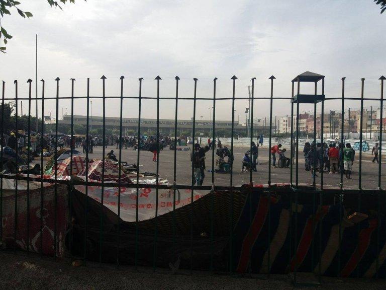 مهاجرون أمام محطة أولاد زيان بالدار البيضاء/ حسن بنطالب