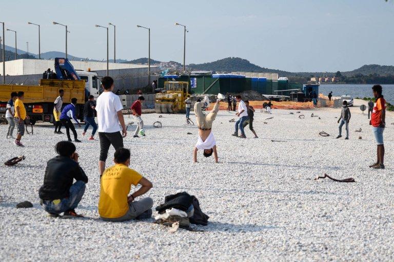 مهاجرون يلعبون كرة القدم في مخيم كارا تيبي في جزيرة ليسبوس اليونانية. المصدر: فانغيليس بابانتونيوس.