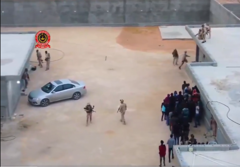 في 5 آذار/مارس 2021، تم الإفراج عن 70 مهاجراً كانوا محتجزين في ستة سجون سرية في بني وليد، قرب طرابلس. المصدر: صورة من تويتر