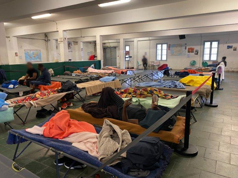 Les migrants se reposent dans le centre Pausa, à Bayonne. Crédit : InfoMigrants